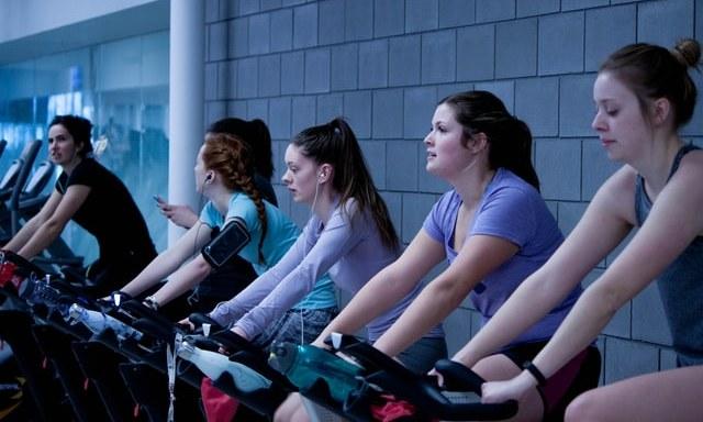 Πρόκειται για ποδηλατική άσκηση υψηλής έντασης που πραγματοποιείται σε σταθερό ποδήλατο, με σταθμισμένο σφόνδυλο που συνδέεται με τα πεντάλ.