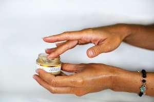Το αφυδατωμένο δέρμα μπορεί να προκαλέσει προβλήματα όπως φλεγμονές στο δέρμα και εξάρσεις όταν υπάρχει ιστορικό ακμής.