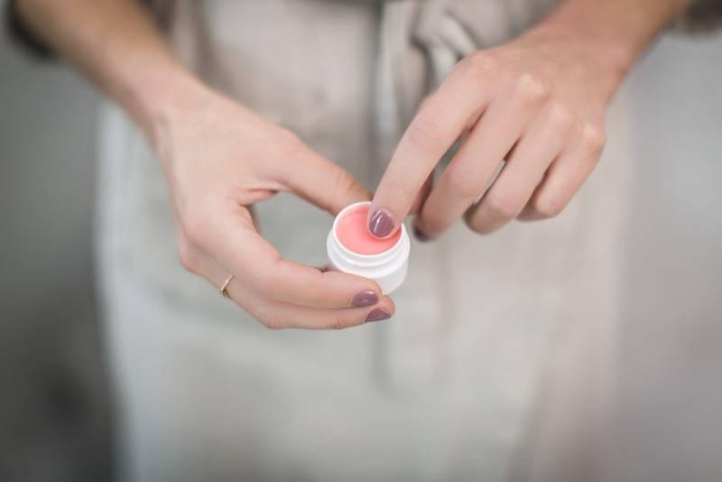 Για τα σκασμένα χείλη μια μικρή ποσότητα βαζελίνης μπορεί να κάνει θαύματα.