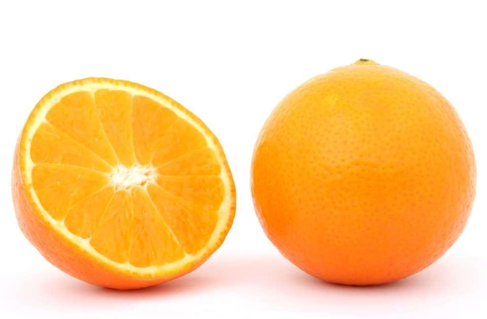 Η βιταμίνη C είναι υδατοδιαλυτή και εντοπίζεται σε πολλά φρούτα και λαχανικά, όπως τα πορτοκάλια.