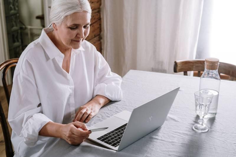Ηλικιωμένοι και εξοικείωση με νέες τεχνολογίες