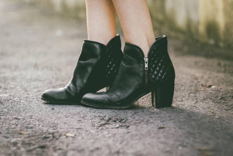 Με τι Παπούτσια θα Συνδυάσετε το Τζιν Παντελόνι σας σε Στιλ Καμπάνα